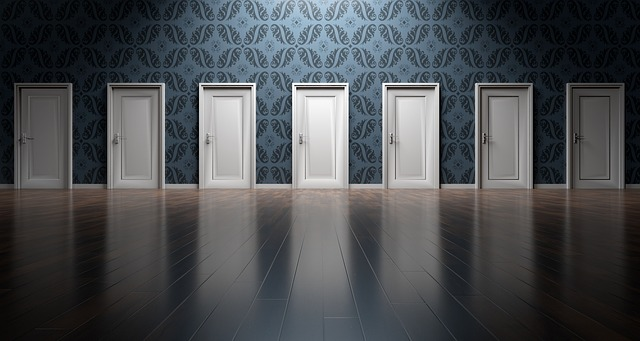 たくさんのドアの中から行先を選ぶ