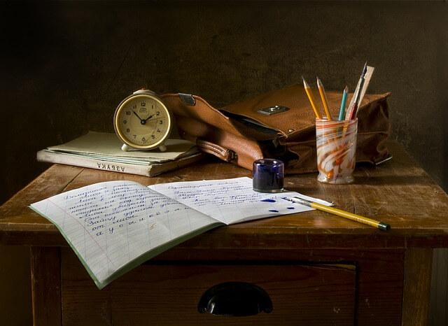 机の上のカバンと文房具